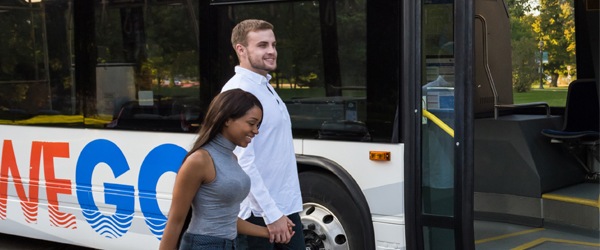 Couple marchant vers un bus