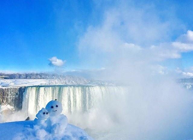 Even snowmen want their photo taken in front of Niagara Falls ⛄️⛄️ Photo