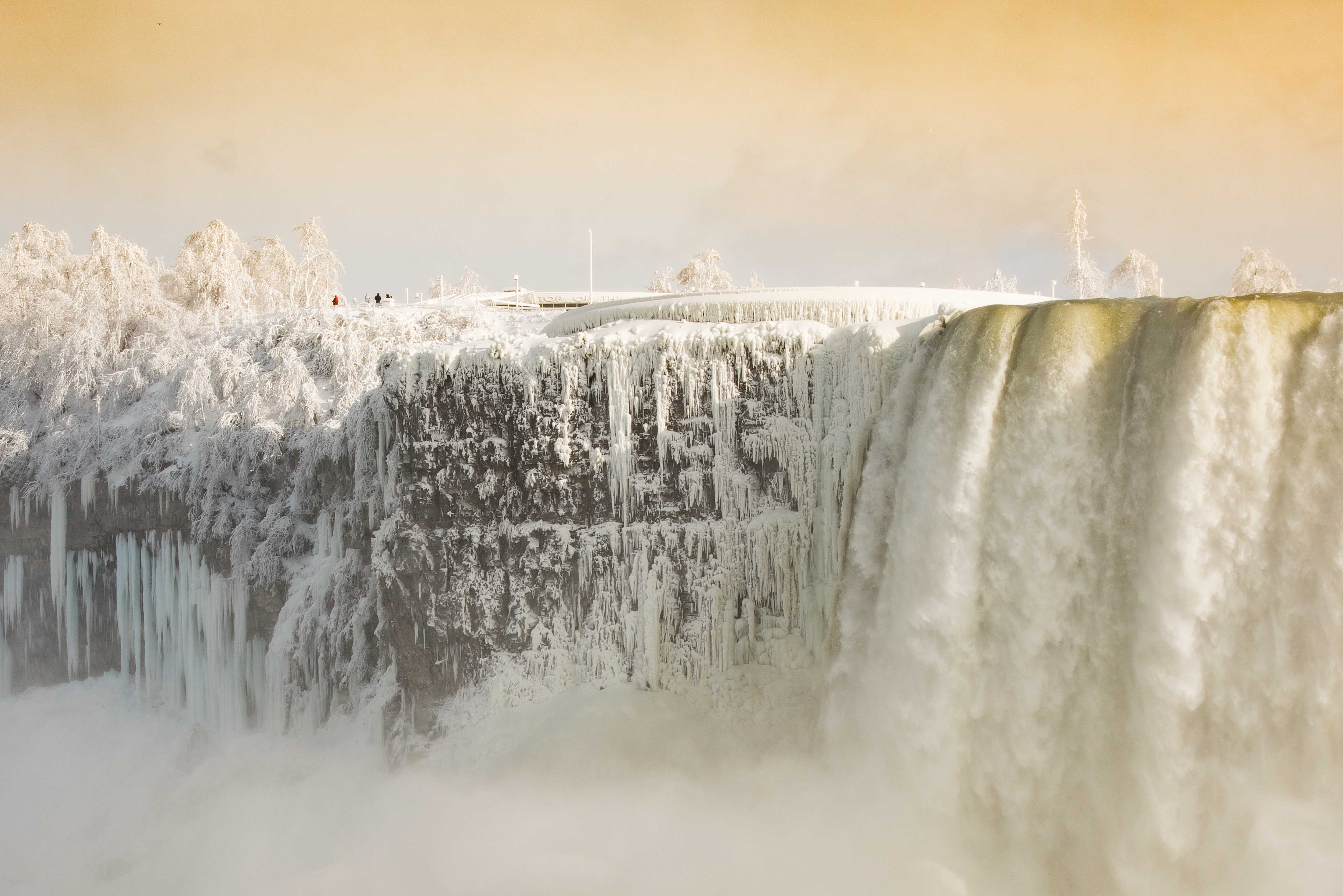 "The Truth Behind Niagara Falls' ""Frozen"" Appearance"