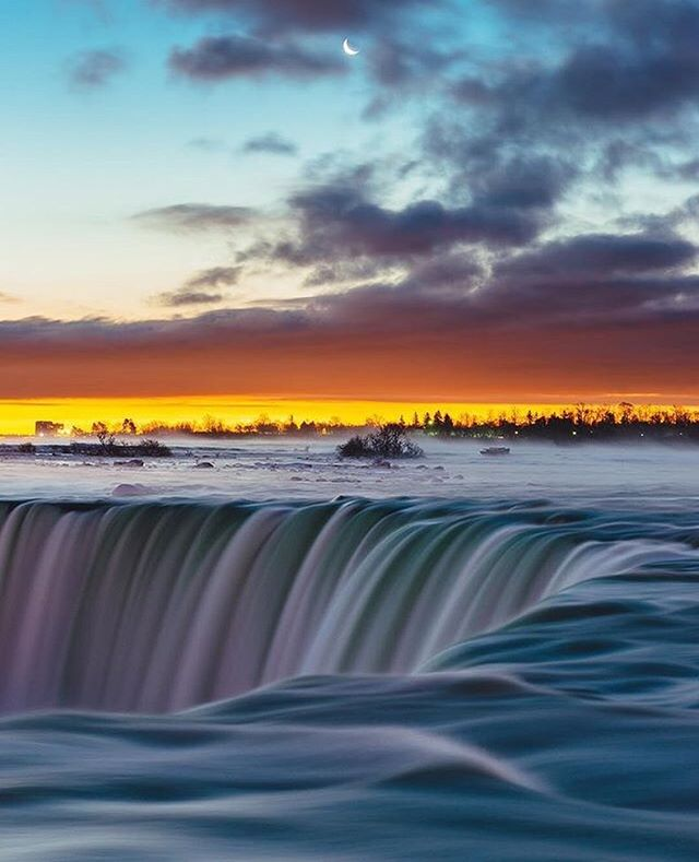 Capturing sunrise and moonset over Horseshoe Falls ☀️🌙 Photo: @smaku